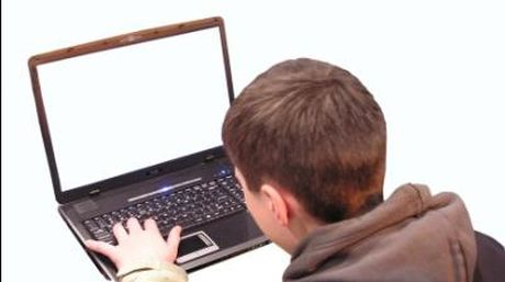 Joven-consultando-Internet_NACIMA20130427_0049_6
